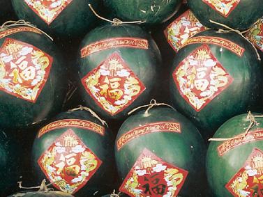 ベトナム テト マムグークアの中でも特にテトらしい果物がこのスイカ