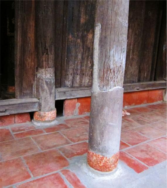 家を持ち上げた痕跡が柱に残る