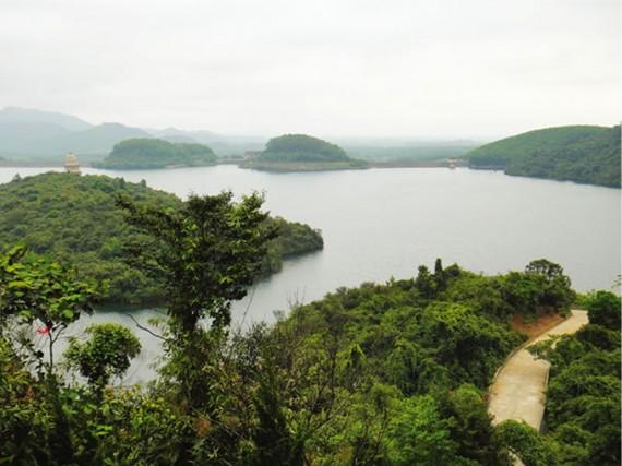 人口湖に浮かぶ島にある禅寺