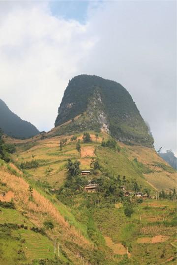 一見ただの岩山だが、頂上近くまでびっしりとトウモロコシ畑が広がっている