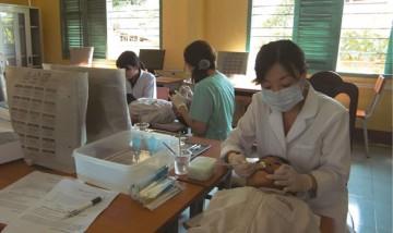 無料でベトナムの子どもたちに歯の検診を行い、歯ブラシを配布