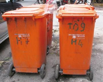 オレンジ色のゴミ箱