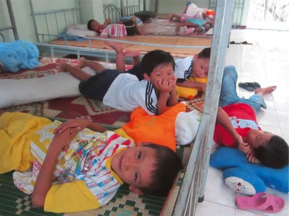 ③寄宿舎で暮らし、公立学校に通う子どもたち