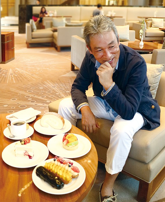 ホテルニッコーサイゴンのラウンジにて。ここで販売されているロールケーキも好物の1つだ